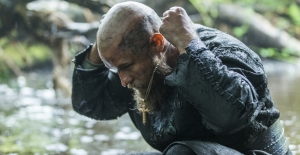 vikings_s3e6_gallery_ragnar dons cross